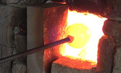 さめて硬くなっているので、焼戻し窯で柔らかくします。